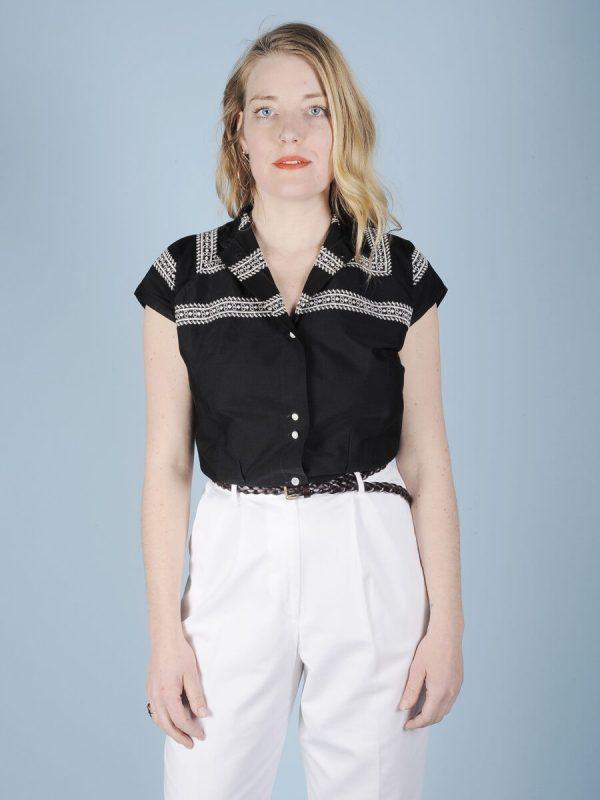 Camicia nera con ricamo bianco