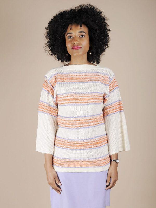 Maglione bianco a righe viola e arancioni