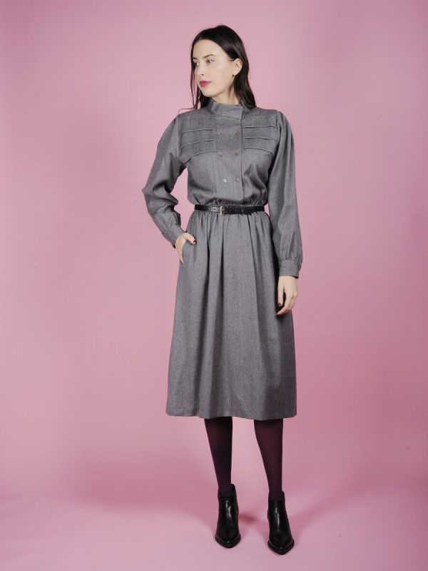 abito grigio con bottoncini